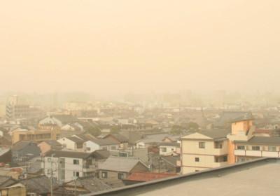 沙塵暴下的京都市。圖片來源:維基百科