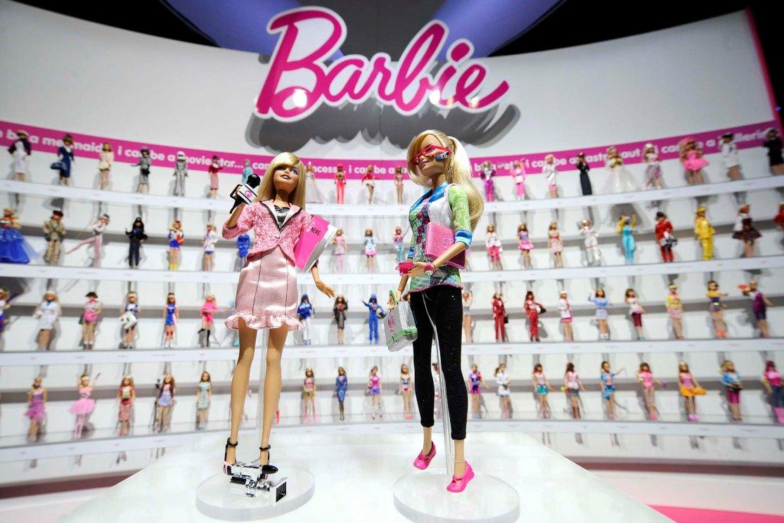 Barbie 曾經從事不同「職業」,卻僅是裝扮的改變,流於替洋娃娃玩 cosplay 的層面。圖片來源:路透社