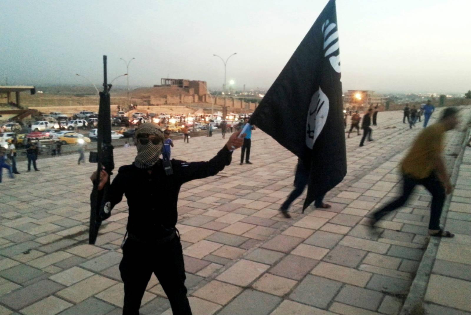 一個站在摩蘇爾( Monsul )街頭的 ISIS 戰士 圖片來源:路透社