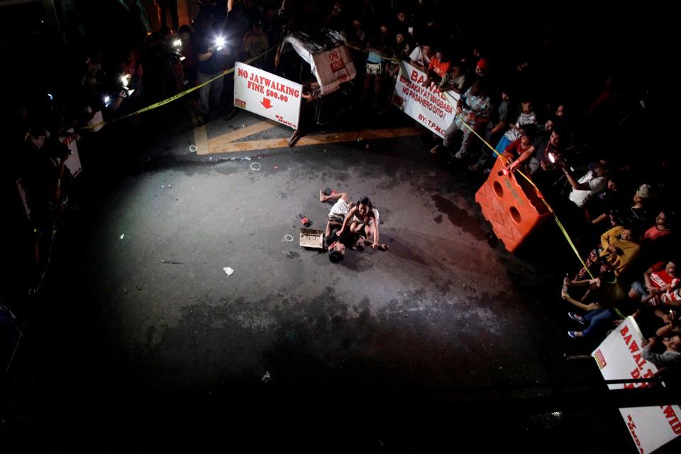 菲國總統杜特爾特一履新,緝毒行動即雷厲風行。男子 Michael Siaron 被治安隊街頭處決後,妻子 Jennelyn Olaires 透露丈夫確有毒癮。諷刺的是,Michael Siaron 在大選投了杜特爾特一票。 圖片來源:路透社