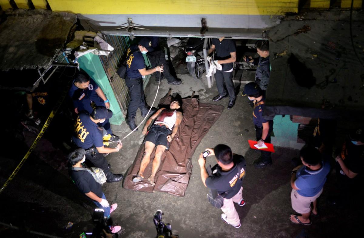 菲律賓警察及治安隊有權向疑似毒販及癮君子施加暴力,毋須經過司法程序。截至目前,緝毒行動已造成逾 1,800 人死亡。 圖片來源:路透社