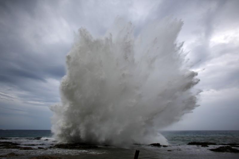 有研究指,颱風會帶來低氣壓,或引發孕婦穿羊水,提早臨盆。 圖片來源:路透社