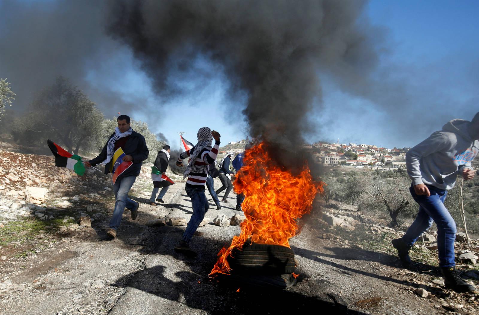 2016 年 12 月 30 日,巴勒斯坦人向在猶太人新的囤墾區附近向軍隊示威。 圖片來源:路透社
