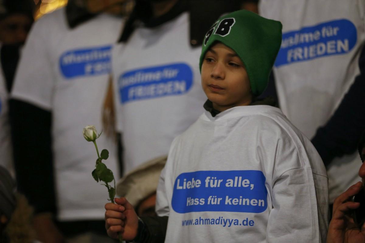 一名悼念柏林恐襲死難者的難民兒童。 圖片來源:路透社