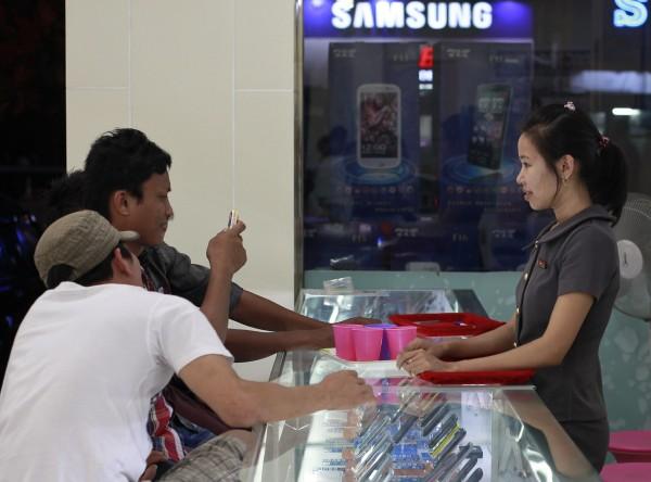 緬甸人初接觸新科技,就已是智能手機。圖片來源:路透社