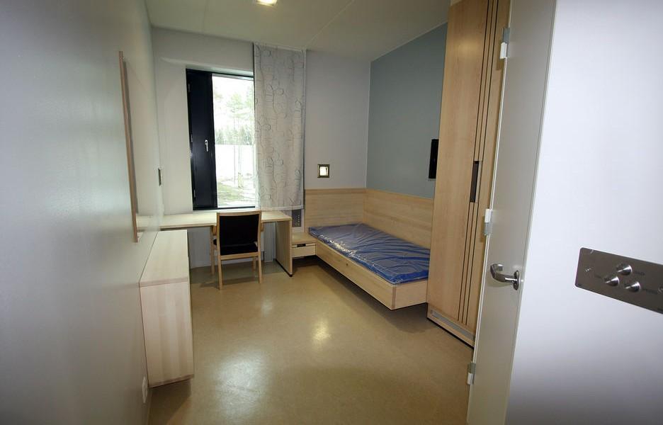 哈爾登監獄設有 251 間囚室,每間房大 12.2 平方米大,裡面的木製家具是由挪威 Ringerike 監獄的工作室製造。 圖片來源:Teknisk Ukeblad