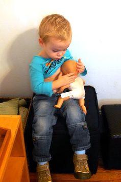 一名男孩正照顧洋娃娃。 圖片來源:Ms.Melissa