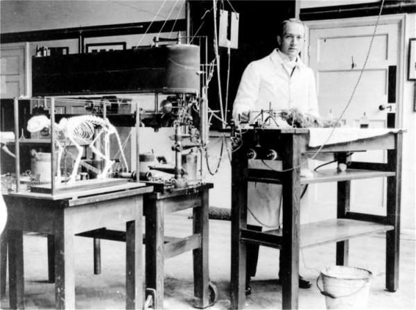 1916年,Penfield 在牛津大學的哺乳動物物理實驗室,接受過諾貝爾醫學獎得獎者 Charles Scott Sherrington 指導。 圖片來源:MO COSTANDI