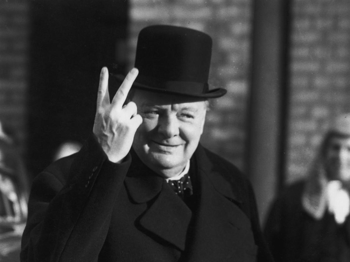 邱吉爾競選連任的時候曾遭「群眾」圍攻,比出一個不文手勢。
