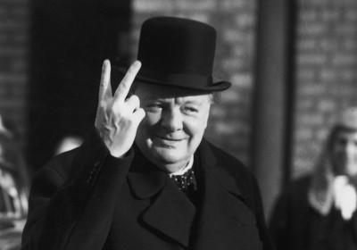 邱吉爾競選連任的時候曾遭「群眾」圍攻,憤而比出一個不文手勢。