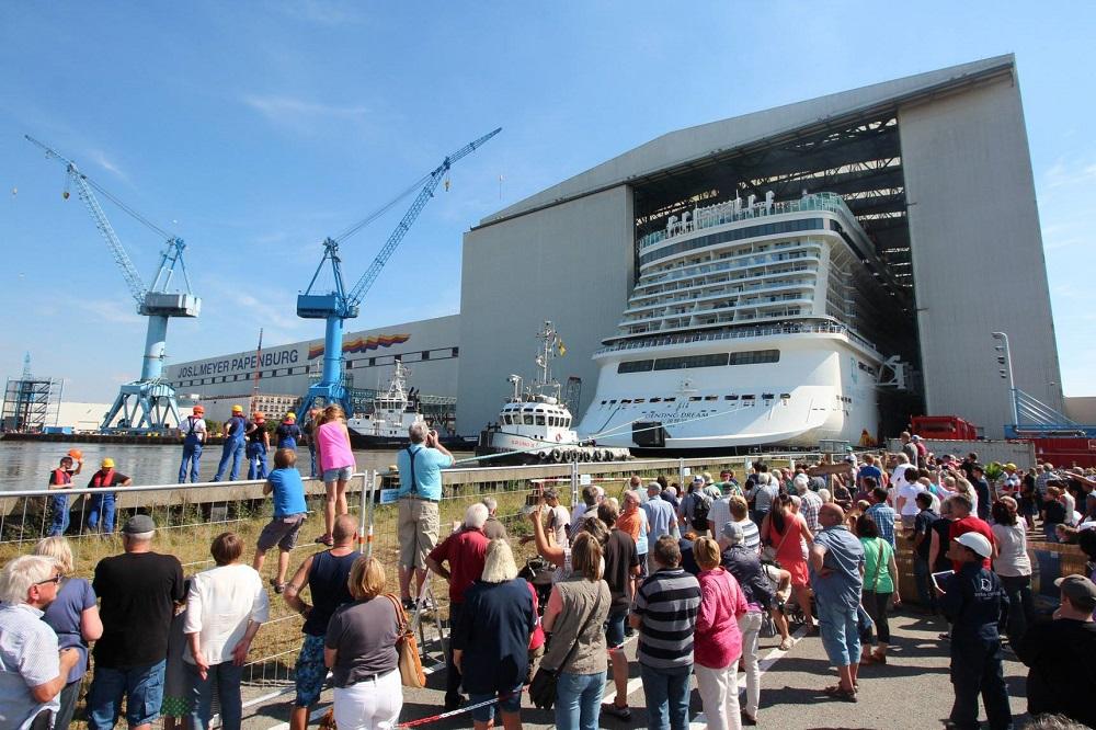 Viele-Schaulustige-versammelten-sich-beim-Ausdocken-der-Genting-Dream-an-der-Meyer-Werft-in-Papenburg