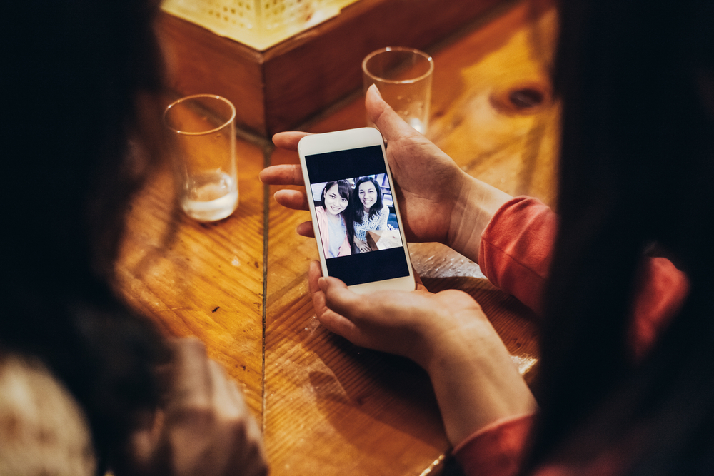 照片可能是 PS 過的,連「朋友」都可能是租來的。