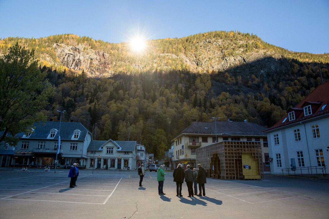 挪威尤坎山頂上三塊的反光鏡,把陽光反射到市內的中央廣場。 圖片來源:路透社