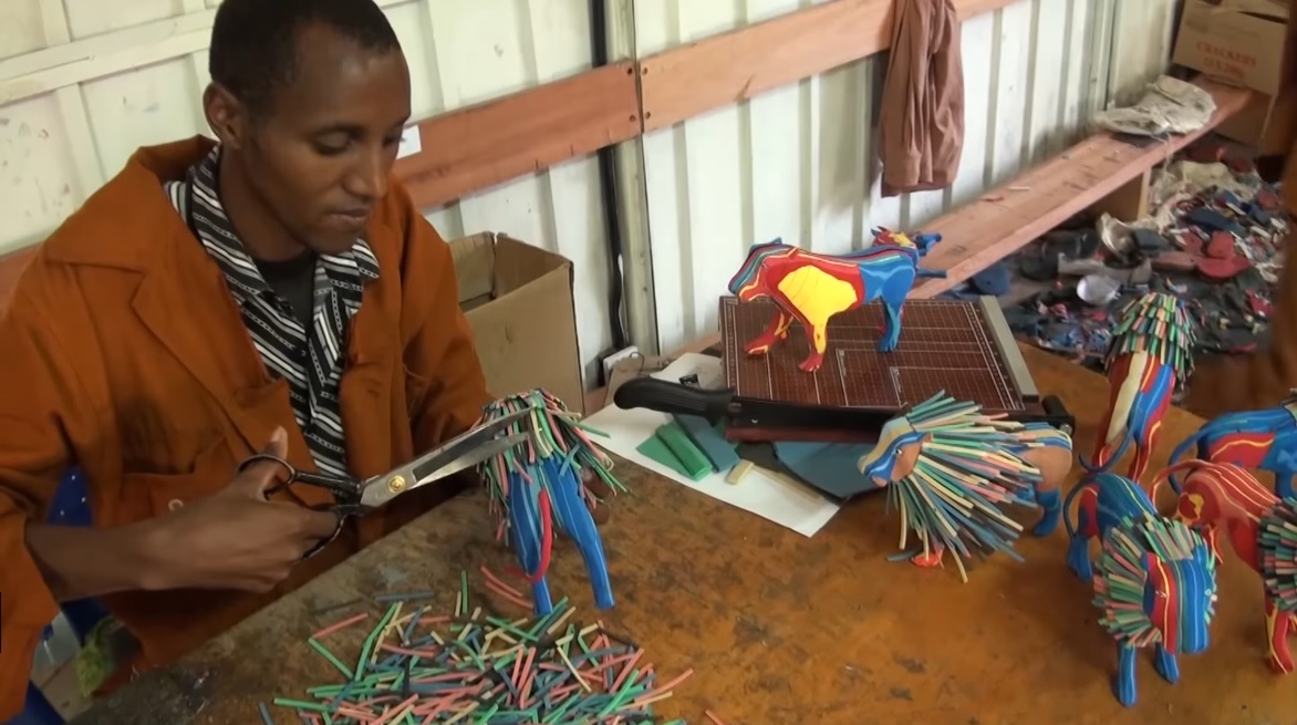 Ocean Sole 培訓當地人成為工匠,以拾獲的人字拖當原料,造成繽紛的工藝品發售。圖片來源:Video Journalist Africa