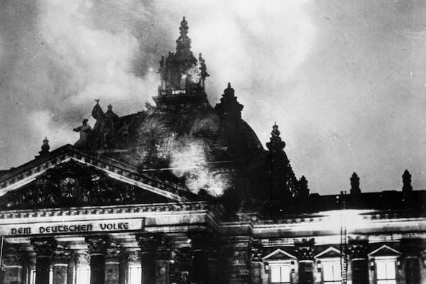 陰謀論指 1933 年國會縱火案為納粹自編自導,然而說法並無真憑實據。