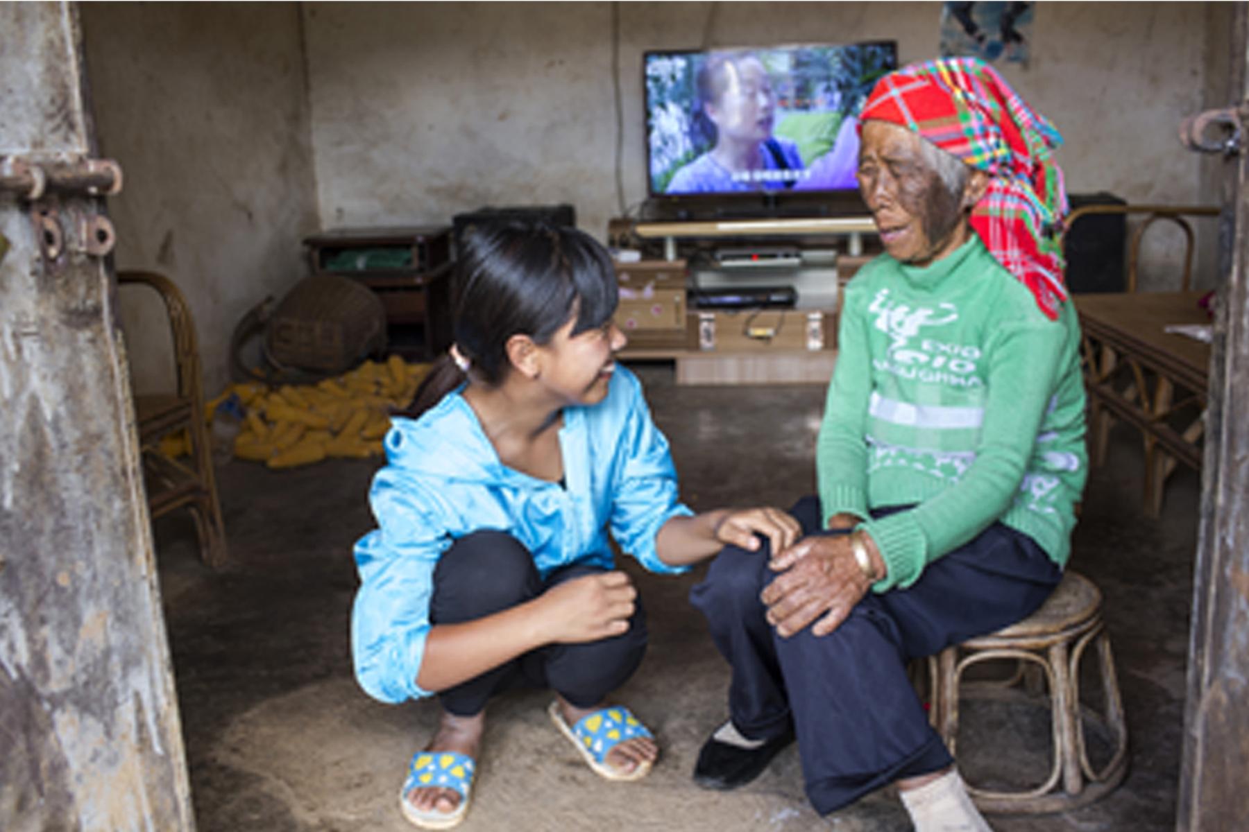 孫女李娜倮放棄外出升學和就業的機會,留在家裡照顧祖母。