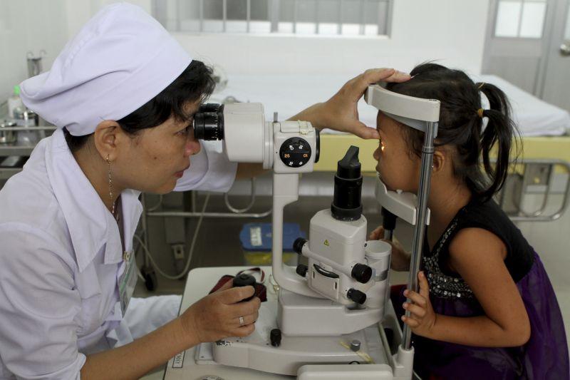 盡早在學校和鄉村加入眼疾篩查計劃,為手術和配置眼鏡提供支援,都能改善現況。