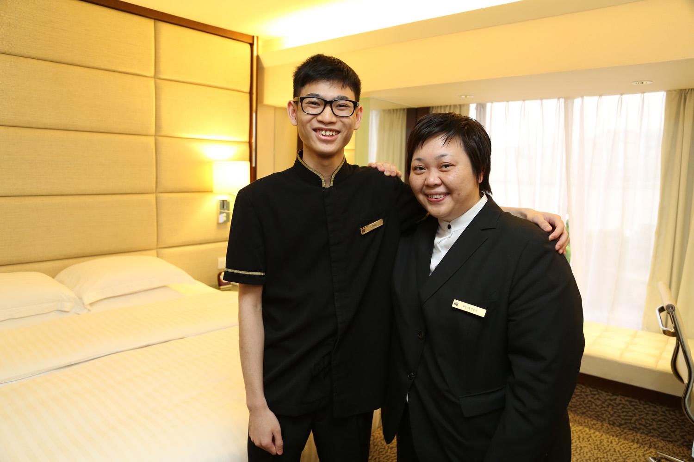 阿朗(右)在師傅Rebecca(左)、救世軍社工和扶輪社「生命導師」協助下,順利入職富豪九龍酒店。