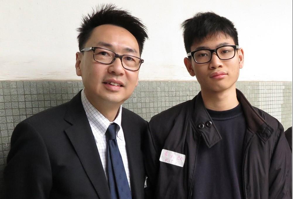 阿朗得到扶輪社「生命導師」Albert(左)的耐心指導。