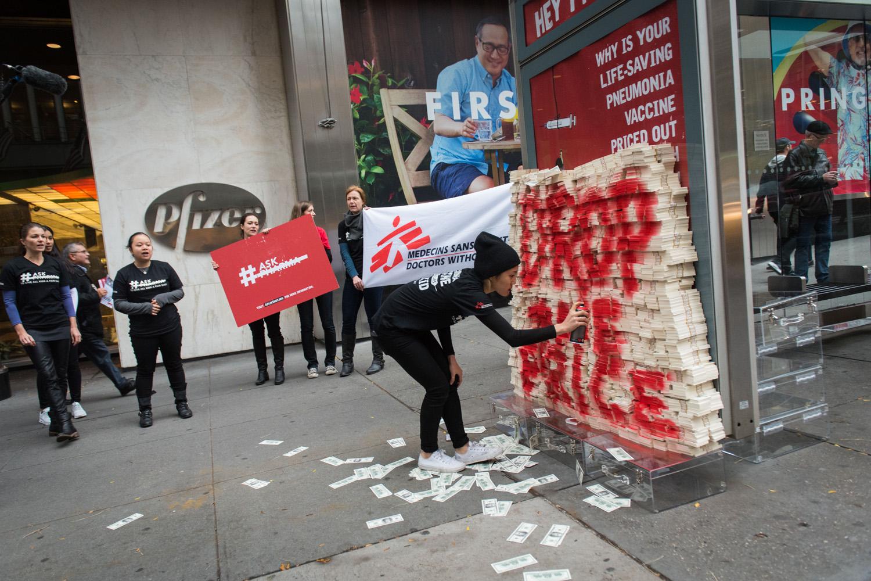 去年 11 月世界肺炎日,無國界醫生在美國藥廠輝瑞總部外傾倒 1,700 萬美元假鈔票,抗議輝瑞高價出售肺炎疫苗。1,700萬美元,相等於輝瑞在全球發售這種疫苗一天的利潤。