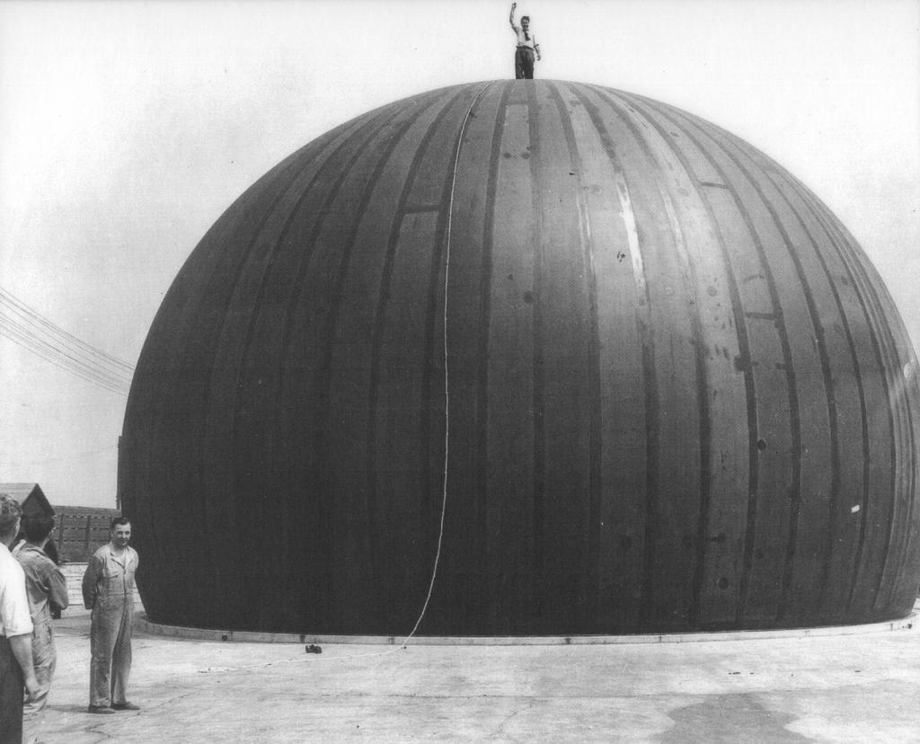 Walter Bird 站在他首個築起的空氣支撐的天線遮罩器上。(圖片來源:courtesy Birdair Inc.)