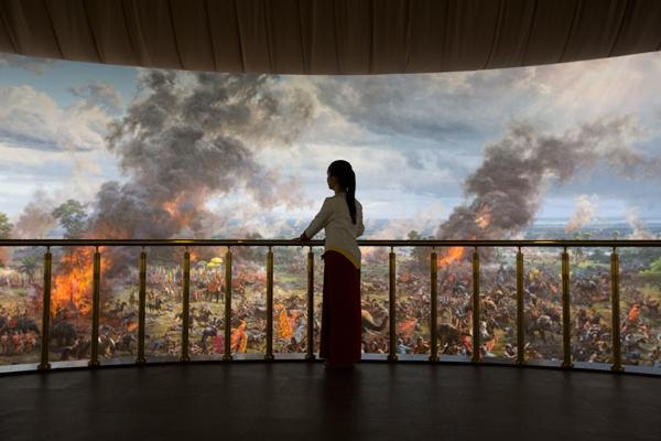 館內的巨型全景壁畫,描繪了吳哥王朝的變遷,不過評價好壞參半。圖片來源:Khmer Times