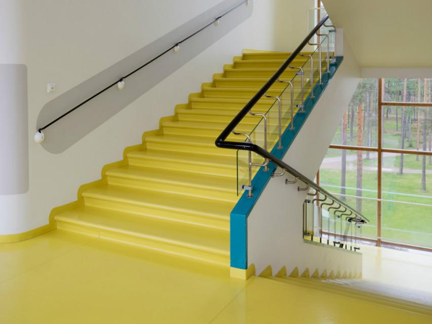 貫通樓層的明亮「黃色樓梯」,反映和暖日光感覺,讓病人感到溫暖輕鬆。圖片來源: The Journal of the American Institute of Architects.
