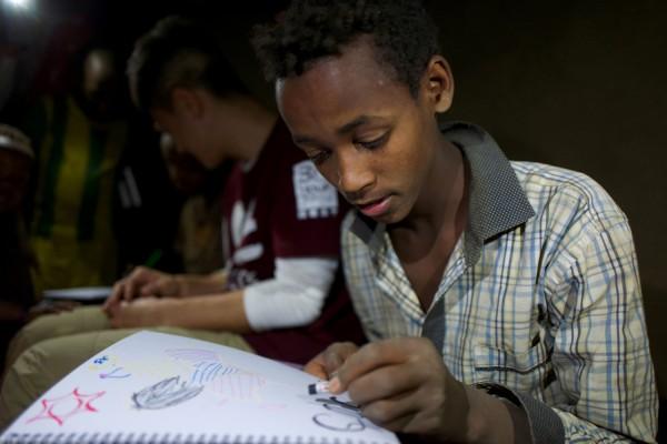 要上學?還是要生存?13 歲的米士化為了家人別無選擇。