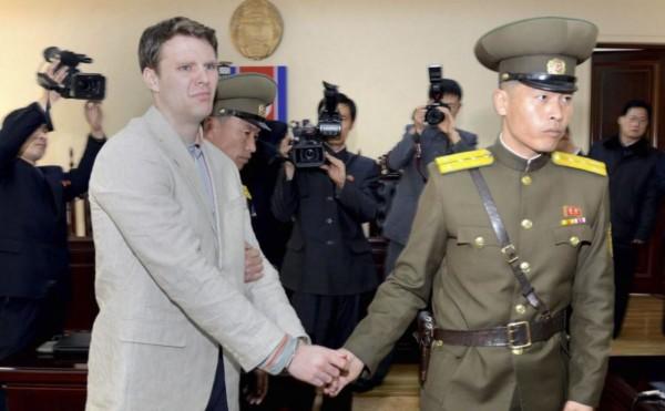 美國學生 Otto Warmbier 遊北韓,來拿張金正日海報做手信,結果被捕判罪,從此長留平壤。圖片來源:路透社