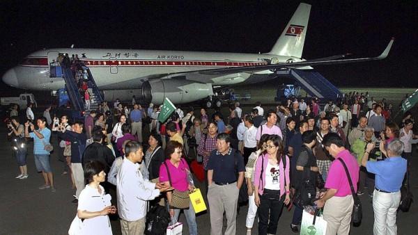 一批來自上海的旅客抵達平壤的機場。圖片來源:路透社