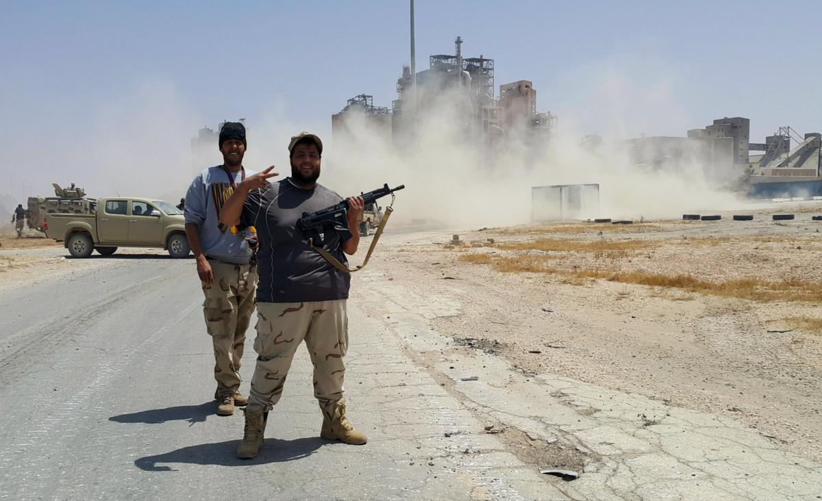 卡達菲倒台後,美國及一眾北約國極力避免參與當地重建,利比亞群龍無首,陷入軍閥混戰。 圖片來源:路透社