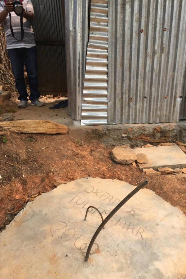 鋅鐵包圍著一個蹲式廁所,連接一個三米深的蓄糞池,蓄糞池頂部會用石屎蓋密封。排泄物久經沉澱,則成了農民耕作用的肥料。