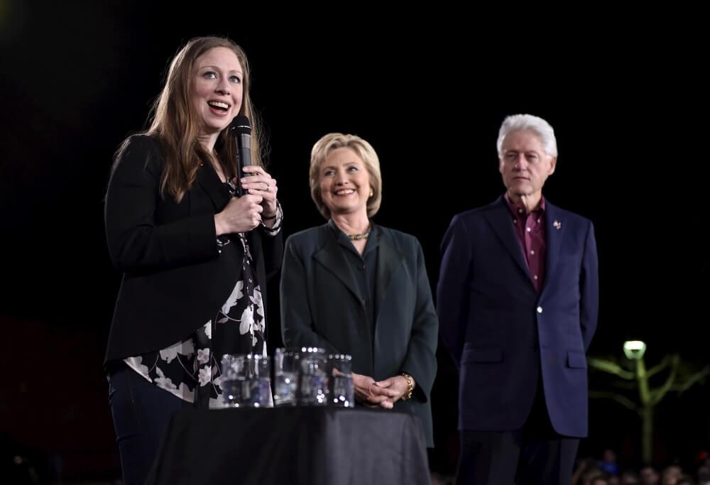 克林頓夫婦與他們的寶貝女 Chelsea。圖片來源:路透社