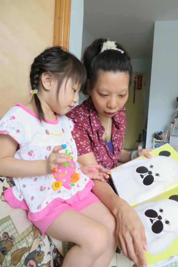 阿儀學會不同技巧,如說故事等,引導女兒慢慢學習生活技能。
