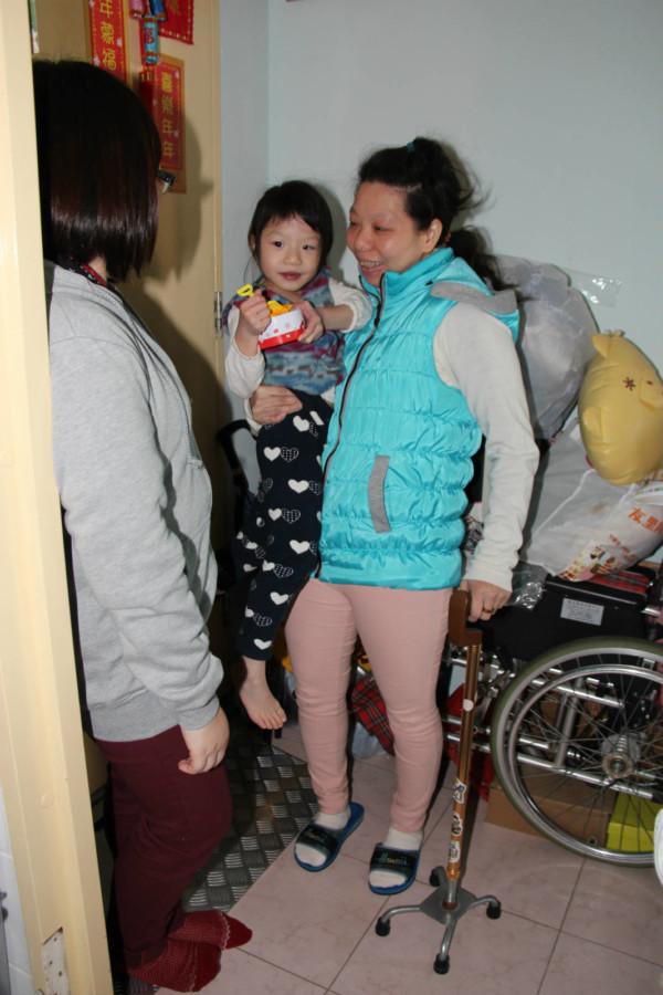 為免卻行動不便的阿儀接送女兒,救世軍提供上門訓練服務。