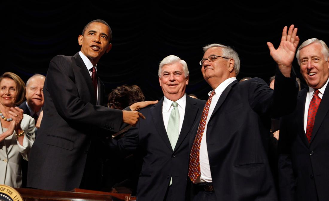 2010 年奧巴馬簽署 Dodd Frank 法案,收緊銀行業規管。 圖片來源:路透社