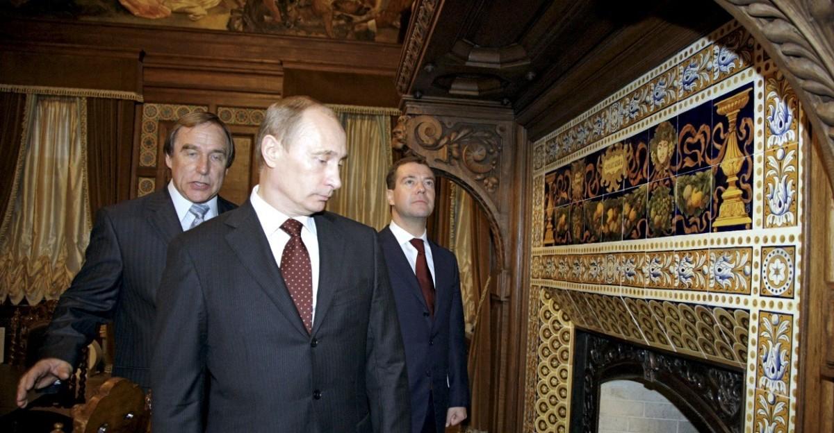 普京、梅德韋傑夫(右)及音樂家 Sergei Roldugin。後者被揭捲入巴拿馬文件風波。