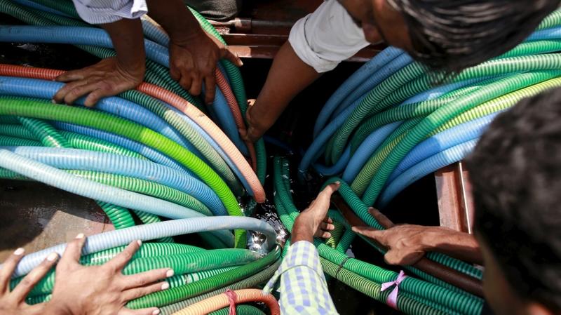 印度 Masurdi 村的居民,爭相插喉入政府提供的水箱中取水。(圖片來源:REUTERS)