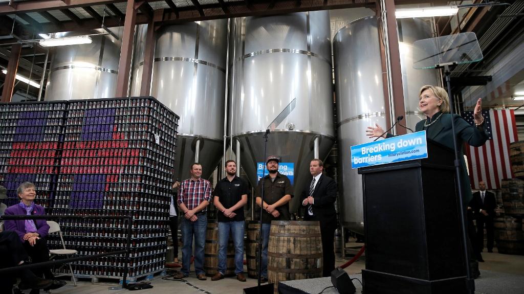 希拉莉除了去 Pearl Street,還到了俄亥俄州的 Jackie O's Production Brewery 。(圖片來源:REUTERS)