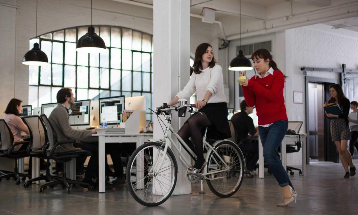 電影「見習無限耆」中,飾演女主角的 Anne Hathaway 在辦公室踩單車。