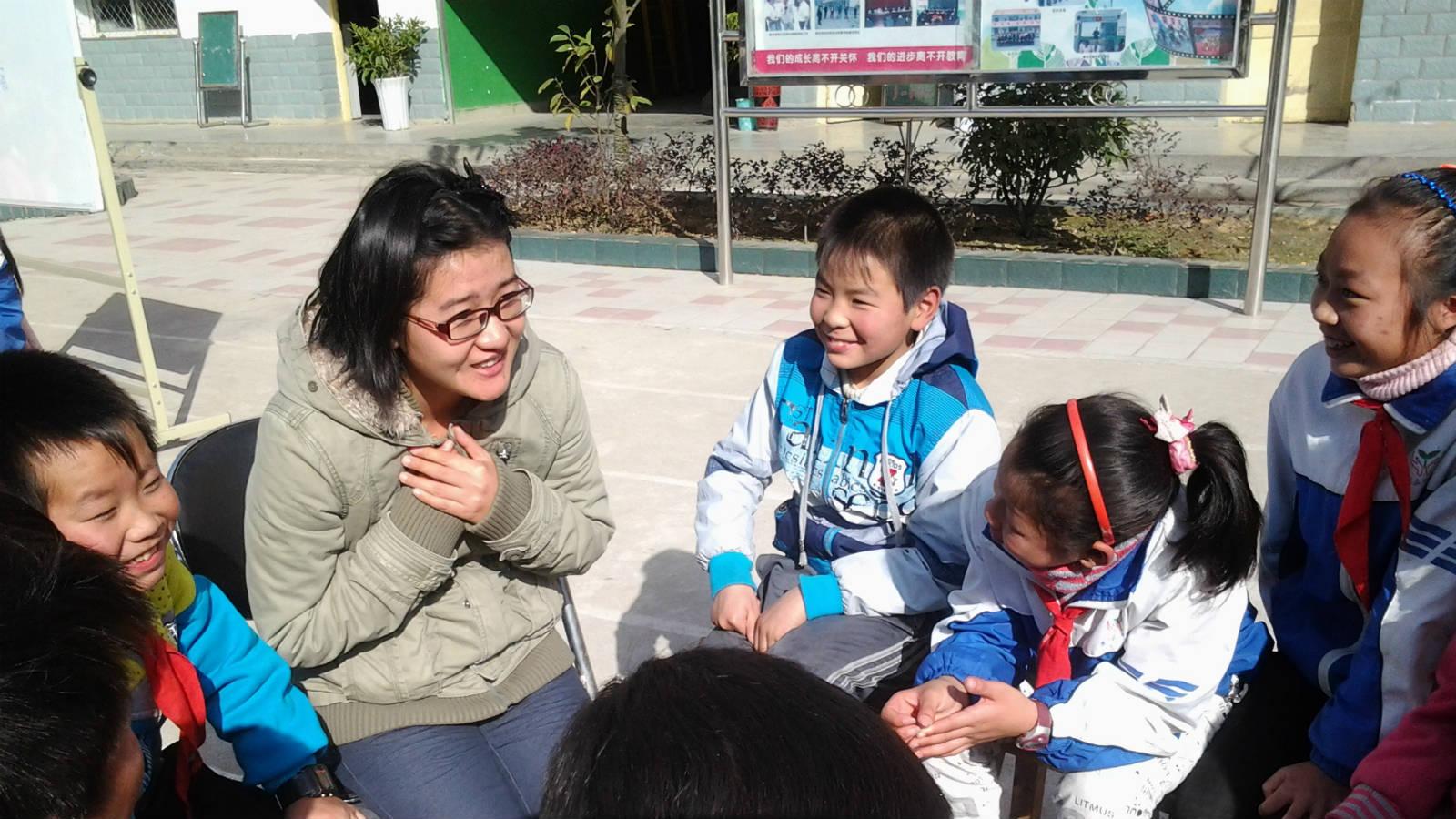 甘肅康縣的駐校社工與留守兒童聚會