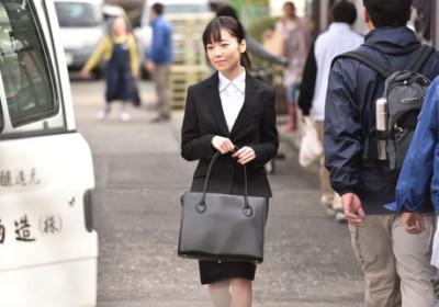 乃木坂 46 的島崎遙香飾演岡田將生的妹妹。