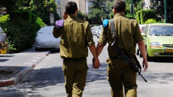 兩名以色列軍人在街上牽手。圖片來源:IDF Spokesperson's Unit
