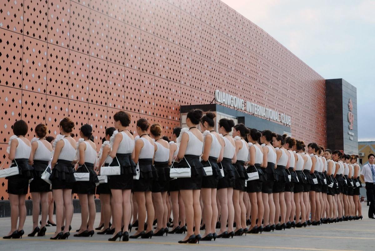 浙江一間 KTV 的女職員集體受訓。 圖片來源:互聯網