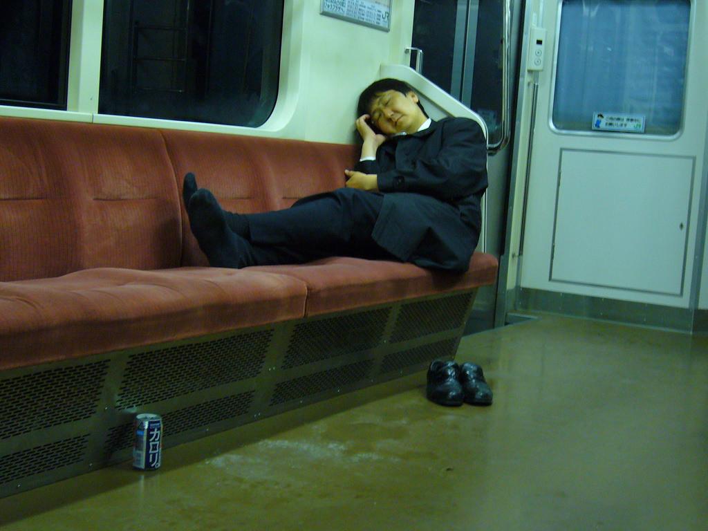 過勞的日本上班族。 圖片來源:flickr