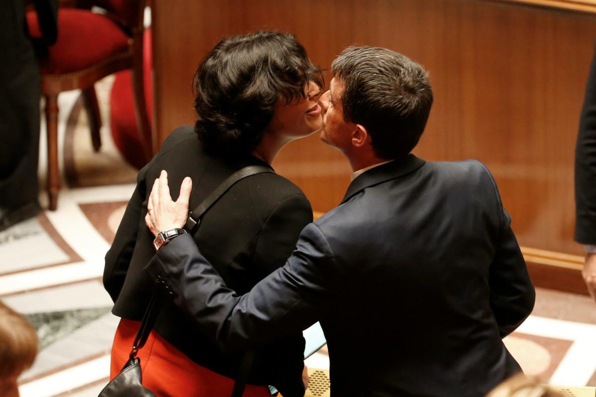 5 月 12 日,法國總理 Manuel Valls 親吻勞工部長 Myriam El Khomri 避過在野保守派的彈劾動議,鬆一口氣。勞工改革又稱「Loi El Khomri」,極度不受法國人歡迎,特別是年輕一代,最近引起二萬人示威。