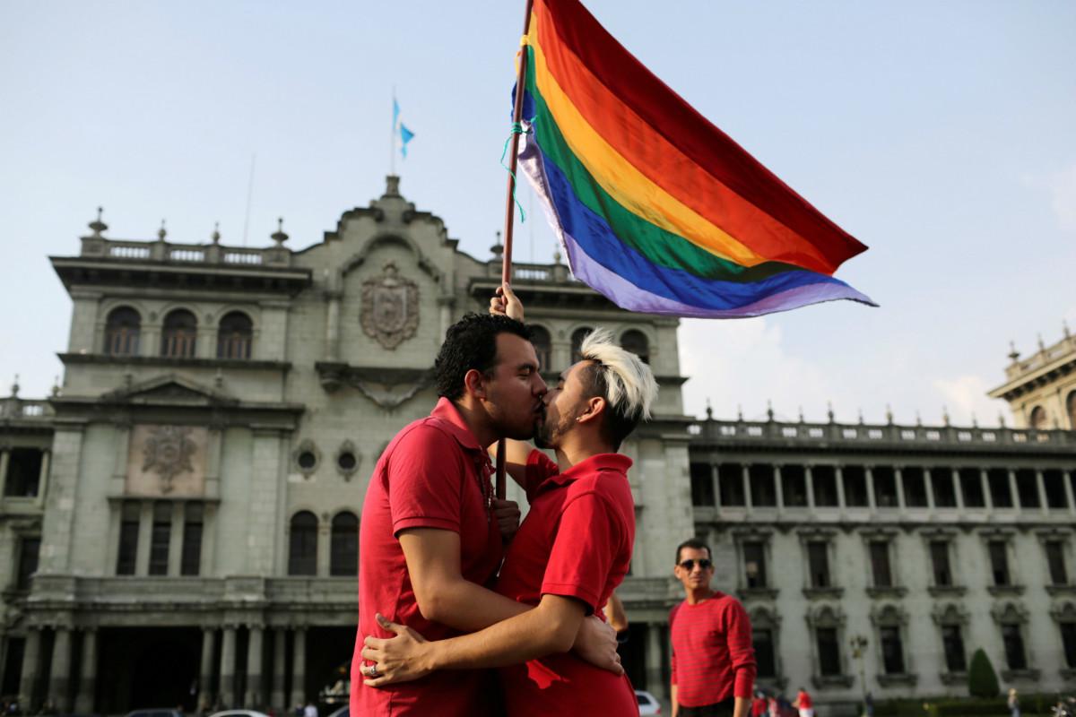 5 月 17 日「國際反恐同日」,瓜地馬拉一對同性情侶在遊行示威中互吻。