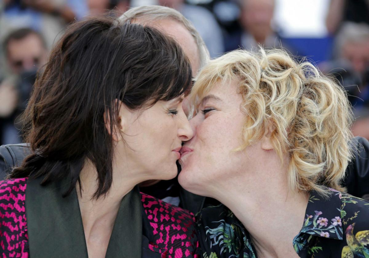 5 月 13 日康城影展上,法國影星 Juliette Binoche 與意大利女演員 Valeria Bruni Tedeschi 宣傳電影 Ma loute(Slack Bay)。