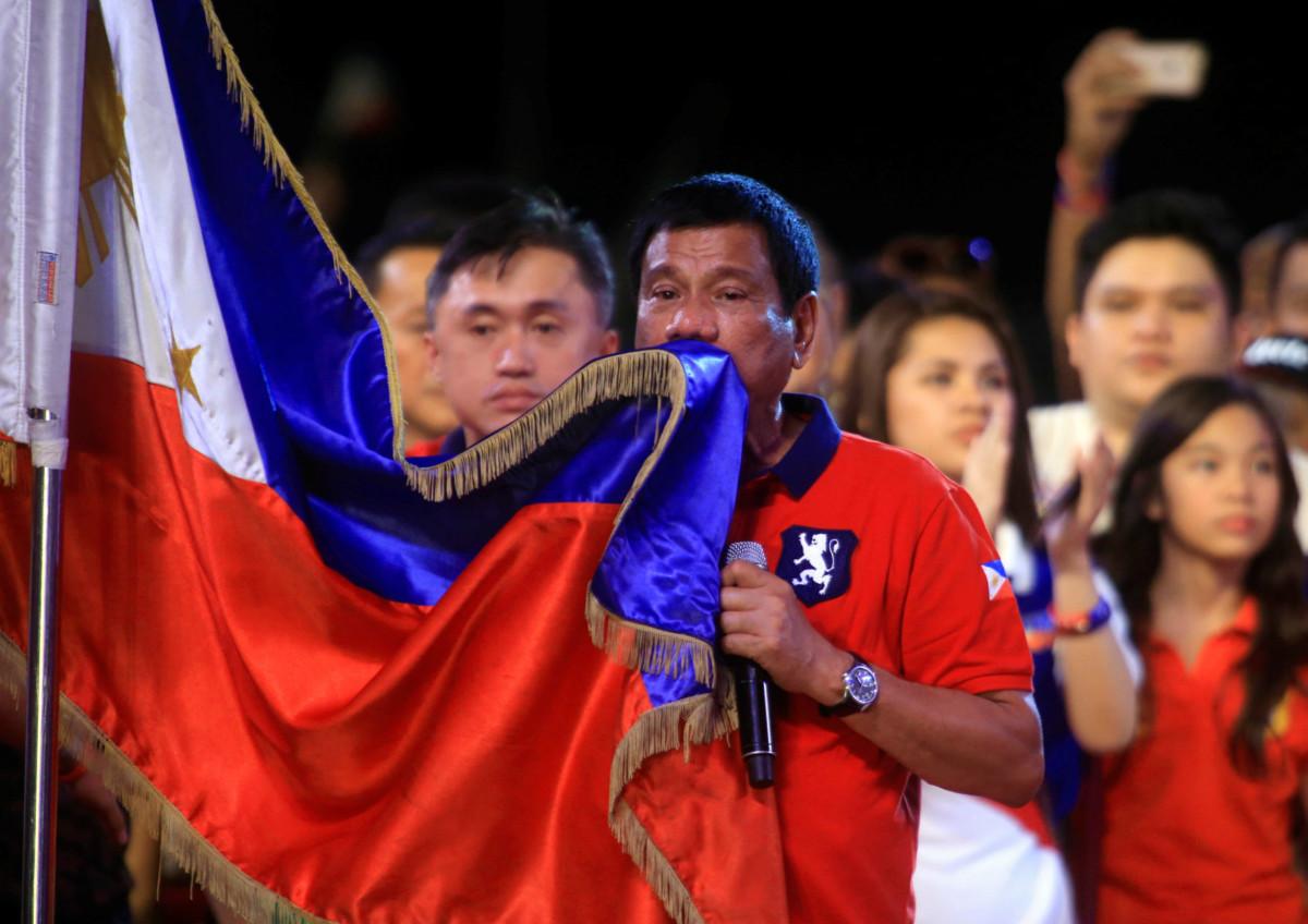 Rodrigo Duterte 當選菲律賓總統。被稱為菲版杜林普,Rodrigo Duterte 作風強硬,口不擇言,例如揚言殺死所有犯罪分子、蔑視教宗等。