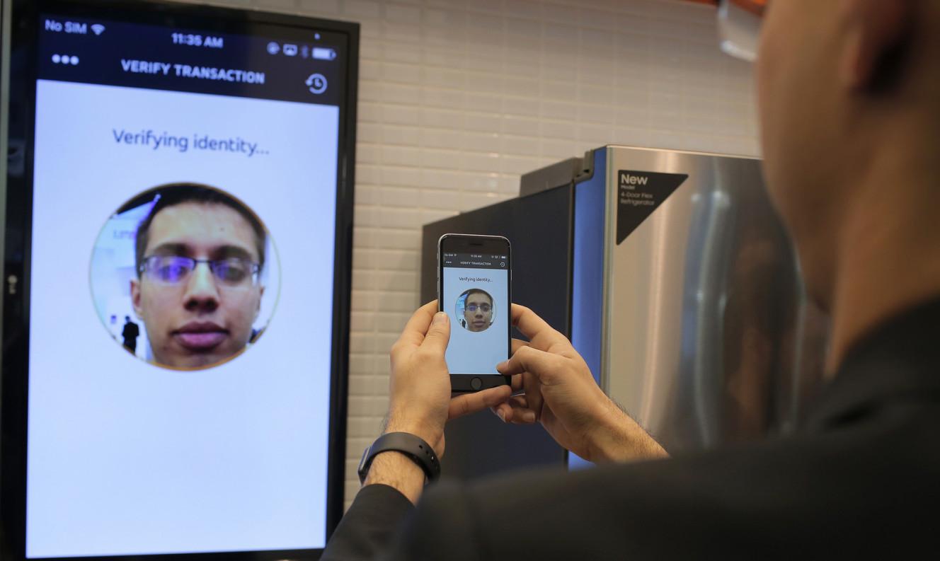 在西班牙巴塞隆納舉行的世界行動通訊大會上,MasterCard 示範自拍付款系統。圖片來源:MasterCard